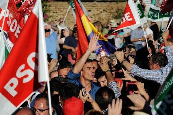 Simpatizantes del Partido Socialista Obrero Español (PSOE) vitorearon el viernes al candidato a la secretaría general, Pedro Sáchez, quien visitó Muelle de la Sal, Sevilla.