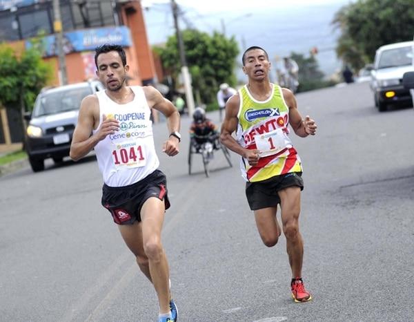 El atleta guatemalteco Amado García (número 1) no pudo mantener el paso del costarricense José Francisco Chaves, que a partir del cuarto kilómetro, le sacó una vasta ventaja hasta la meta. | MEYLIN AGUILERA PARA LA NACIÓN