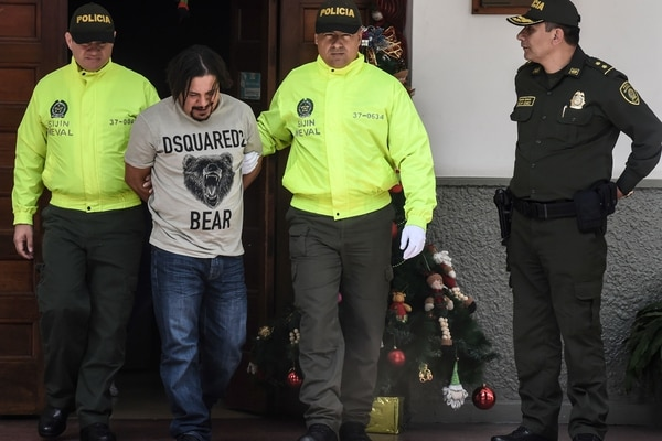 Colombian drug lord Juan Carlos Mesa Vallejo (2-L), also known as