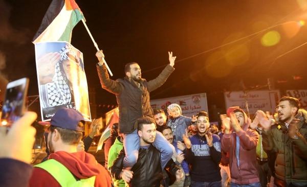 Palestinos gritaban consignas contra la decisión de Trump de reconocer a Jerusalén como capital israelí. Se reunieron en la plaza principal de la ciudad de Gaza.