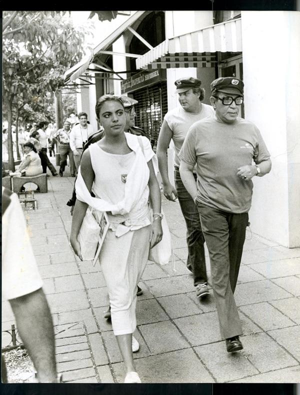 El 27 de diciembre de 1985, Mario Moreno caminó por la Plaza de la Cultura. La sorpresa fue que ninguno de los transeúntes lo reconoció en su caminata. | ARCHIVO