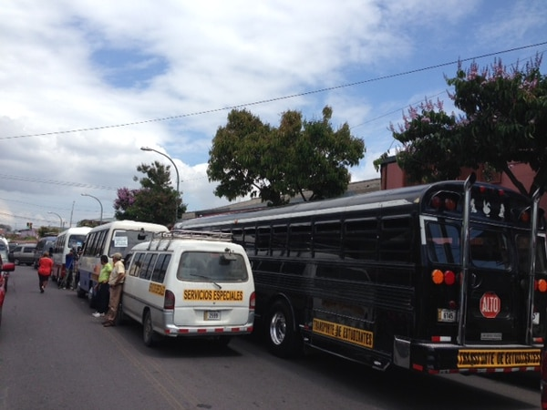 Los autobuseros se reunieron desde temprano en los alrededores del MOPT.