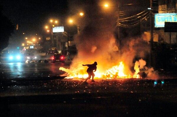Dos contenedores quemados, un policía herido con una piedra y ocho detenidos dejaron los zafarranchos la madrugada del viernes en Limón, cerca de Cieneguita. | JOHN DURÁN.