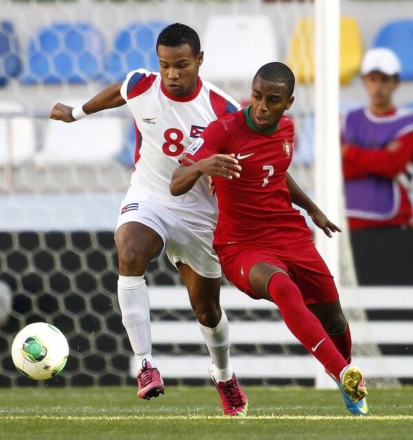 El cubano Yordan Santa Cruz (8) marca al portugués Ricardo durante el partido dell Mundial Sub-20 hoy realizado de hoy jueves en Kayseri, Turquía.