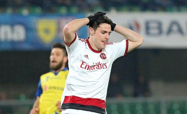 Mattia Destro reacciona tras perderse una opción de anotar en el empate del Milan ante el Chievo Verona.