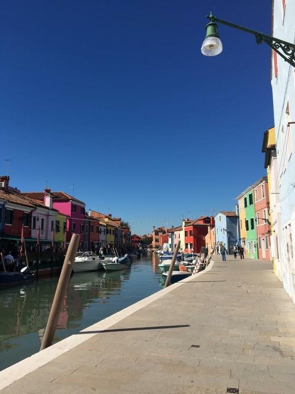 A la isla de Burano se llega en vaporetto, desde Plaza de Roma, en Venecia. Fotografía: Sharon Morua Méndez
