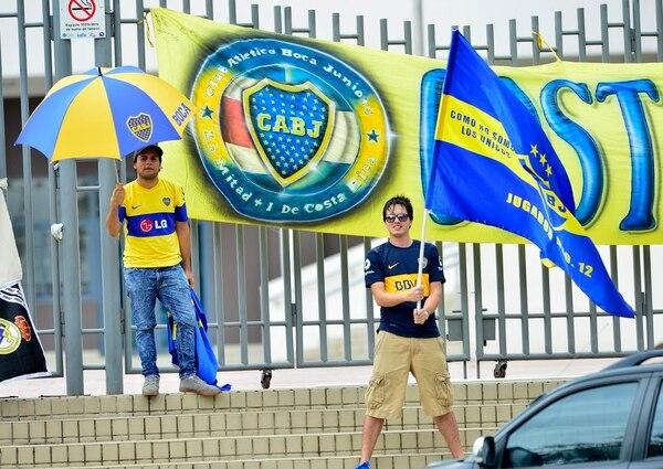 Aficionados costarricenses de Boca Juniors apoyan al equipo argentino con camisetas y banderas.