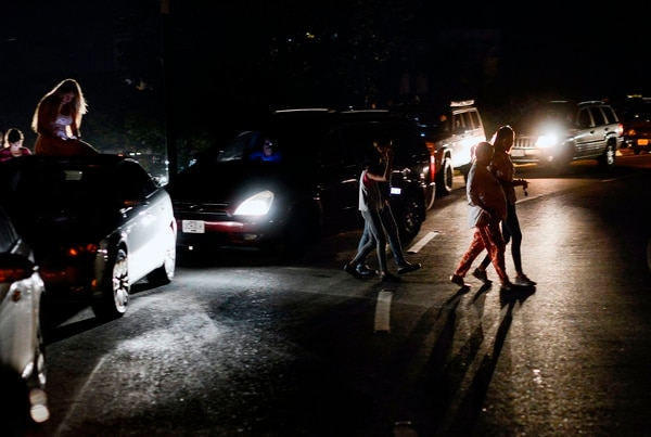 Los apagones y la afectación de las telecomunicaciones son frecuentes en Venezuela. Estas personas intentaban captar señal de celular en un sector de la autopista Francisco Fajardo, el 9 de marzo del 2019.