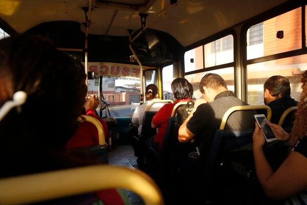 8/11/2018. Según el Estado de la Nación 2018, el 50% de quienes laboran en la Región Central lo hace en un cantón distinto al de su residencia y muchos utilizan el transporte público para movilizarse. Foto: Albert Marín.